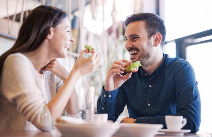 デートを楽しむ外国人カップル