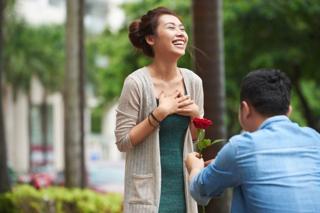 女性にプロポーズする男性