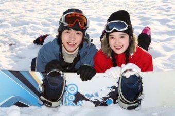 スノーボードを楽しむカップル