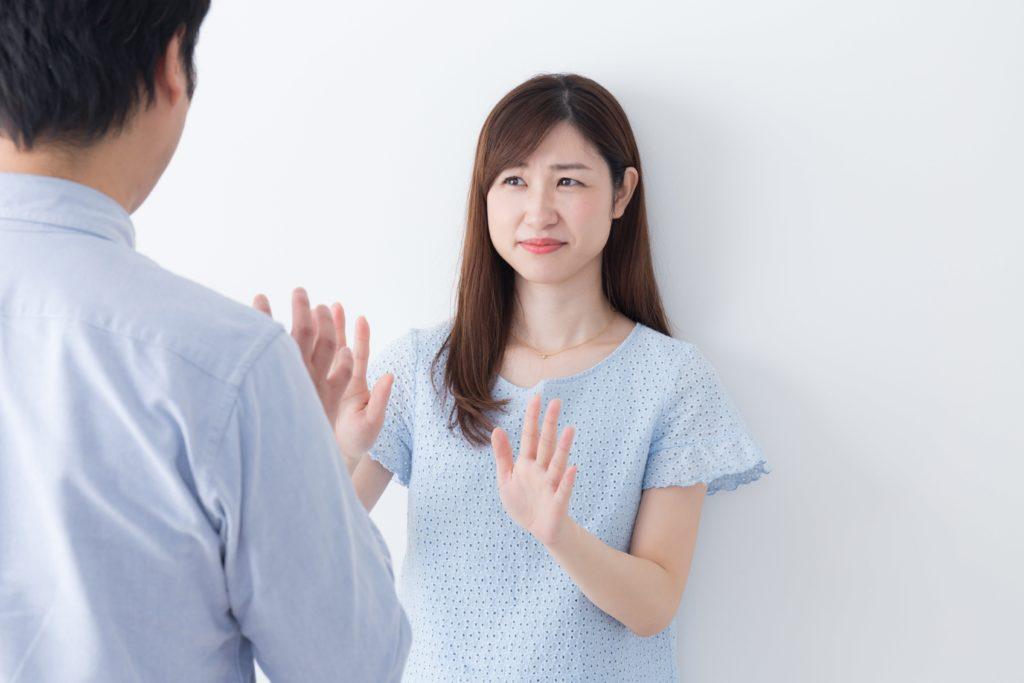迫り来る男性を拒否する女性