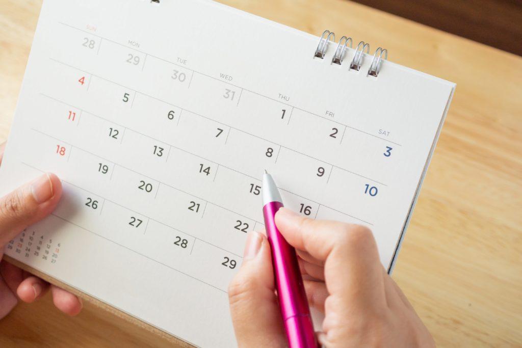 カレンダーを記入する女性