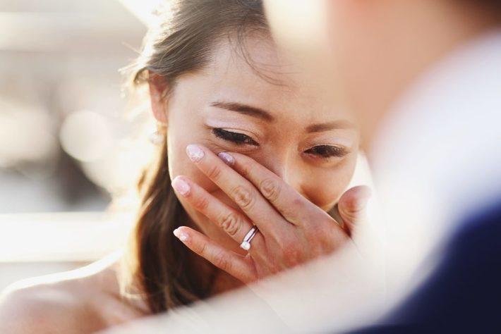 ウェディングドレス姿で涙を流す女性
