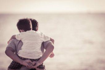 父親を背負う子供