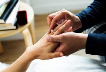 女性の手に指輪をはめる男性