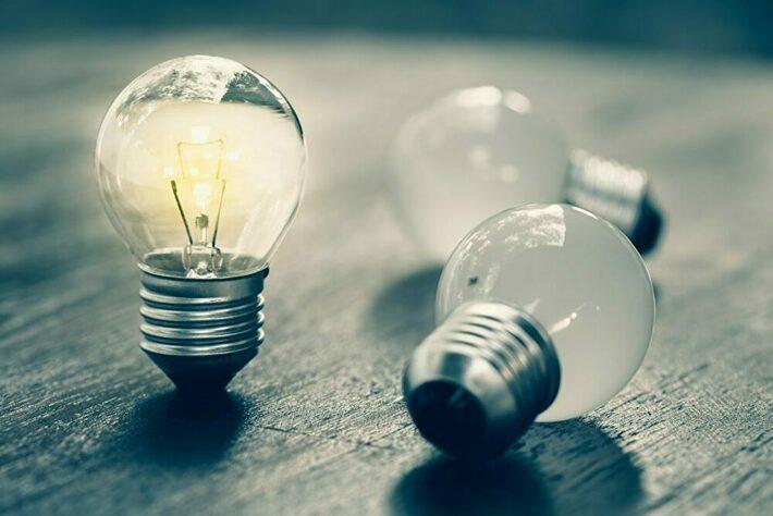 光っている電球と消えている電球
