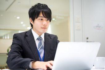 パソコンを使う若い男性