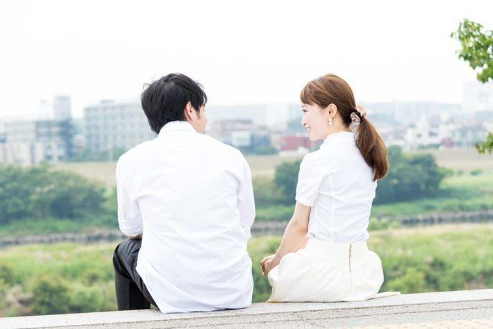 河原に座るカップル