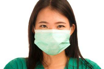 緑色のマスクをしている女性