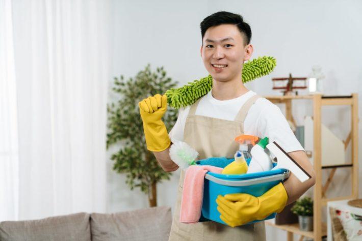 部屋の掃除をしようとしている男性