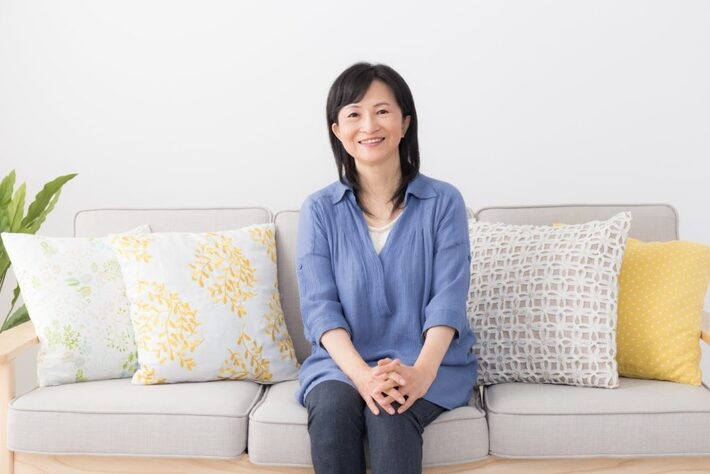 ソファーに座る60代女性