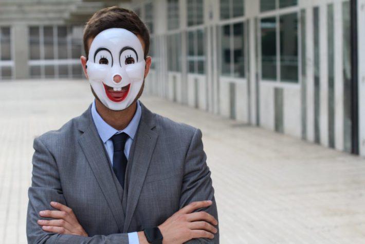 仮面をかぶった怪しい男性