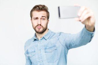 自撮りをするチャラめの外国人男性