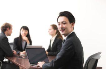 スーツ姿で外国人と会議をする日本人男性