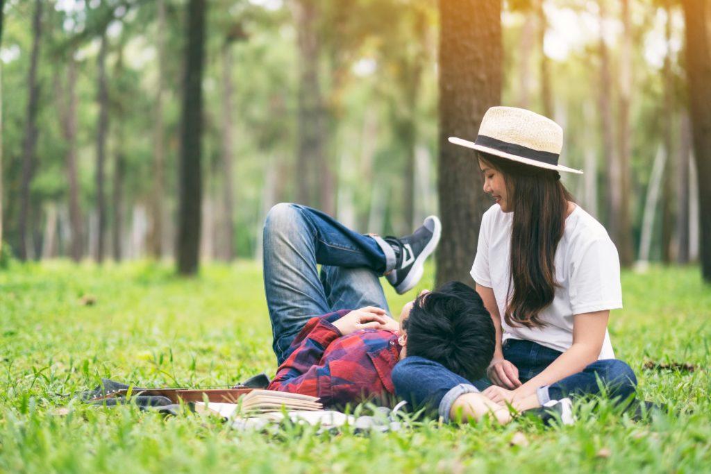 自然の中で触れ合うカップル