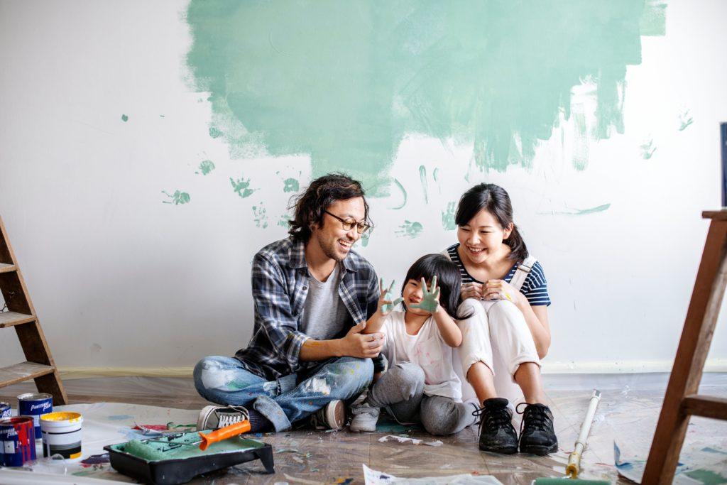 アートを楽しむ子供と子連れの家族