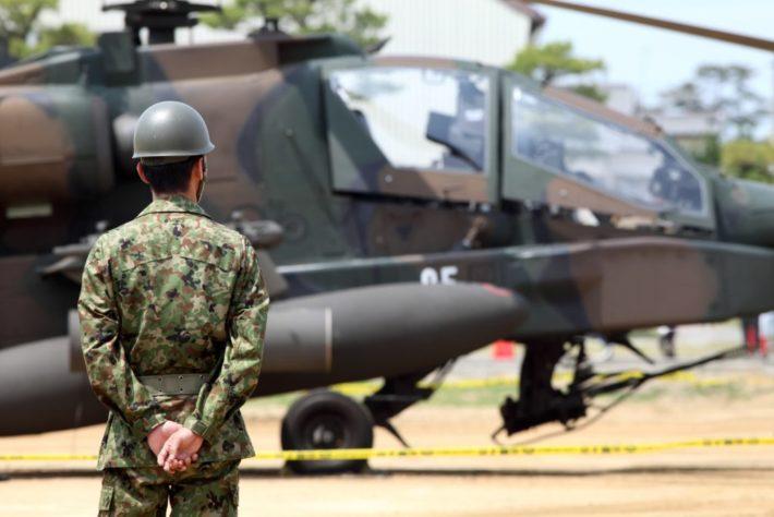 ヘリコプターと自衛隊員