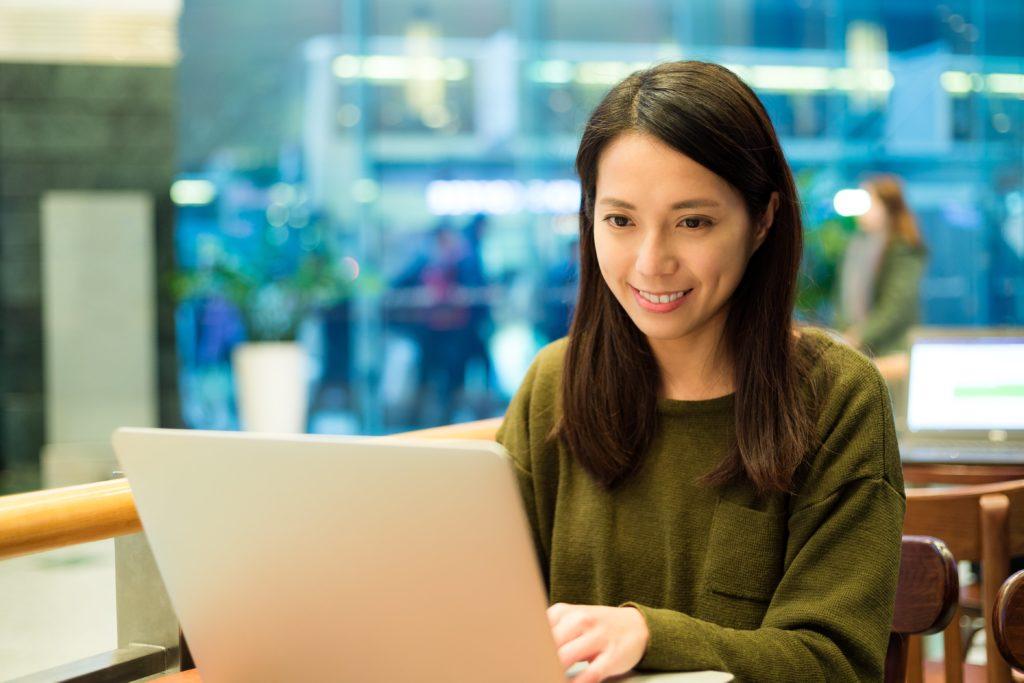 カフェでパソコンを利用する女性