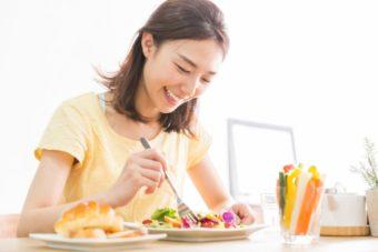 笑顔でモーニングを食べる女性