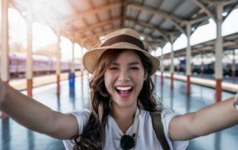 笑顔で自撮りする女性