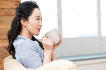 カップを持って座っている女性