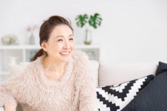 笑顔の日本人中年女性