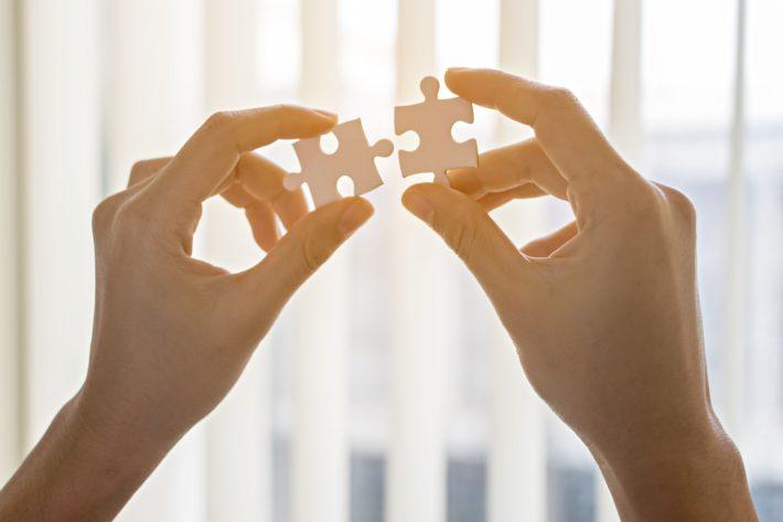 パズルのピースを持つ手