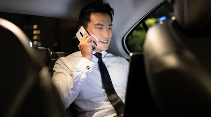 車内で電話する男性