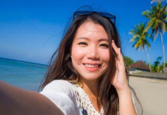ビーチで自撮りする女性