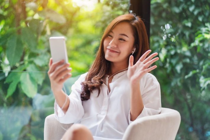 ビデオ通話する女性