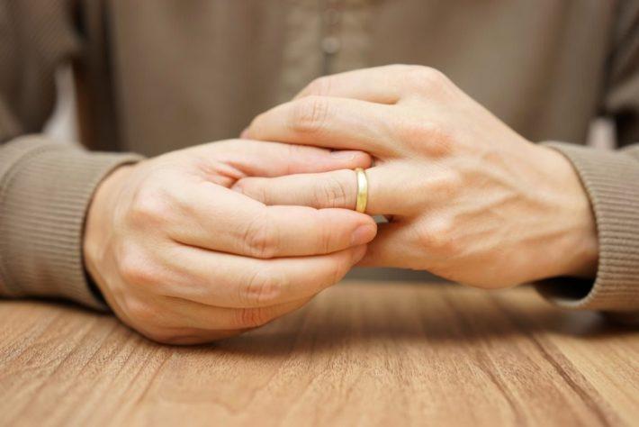 指輪を外そうとしている人