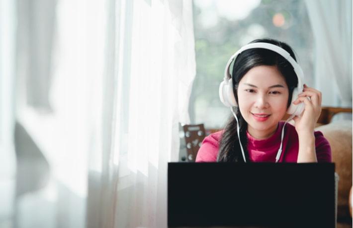 パソコンでオンライン通話している女性