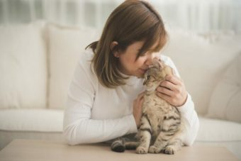 女性写真例1|猫と写っている女性