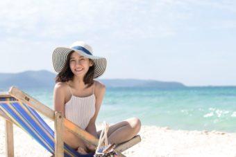 女性写真例2 海で麦わら帽子を被っている女性