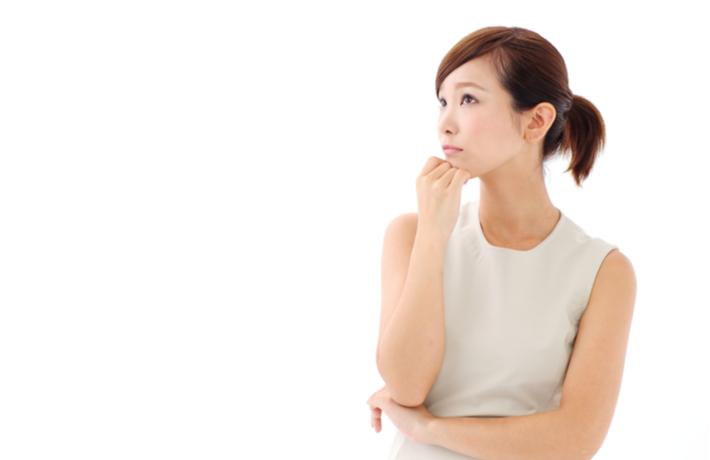 腕を組んで考えごとをしている女性