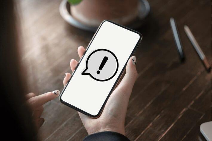 画面にビックリマークが表示されているスマートフォン
