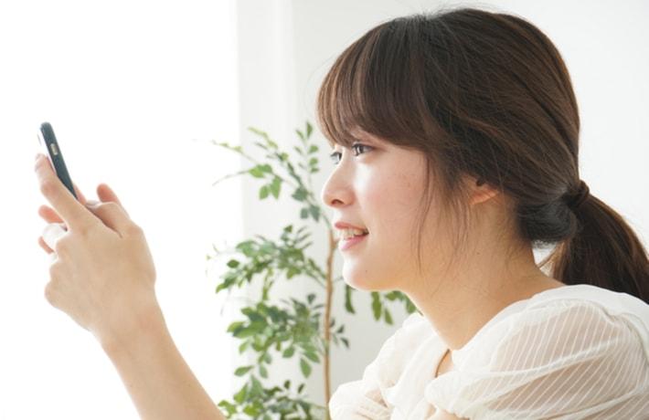 スマホを操作する若い女性