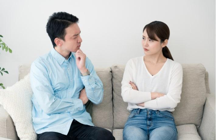 怒る女性と悩む男性