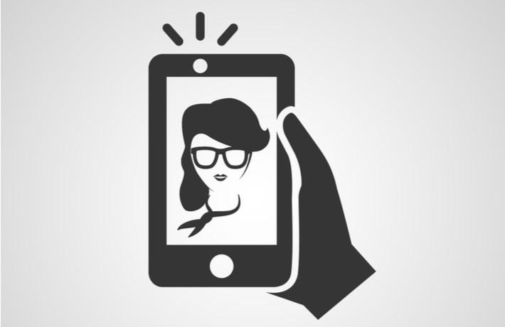 女性の写ったスマートフォン