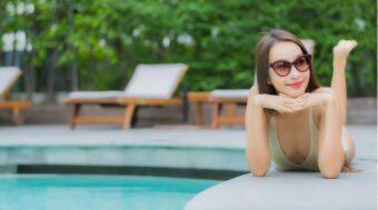 プールで寝そべる女性