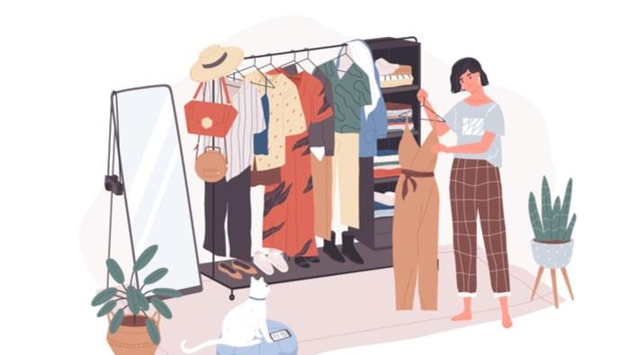 鏡の前で洋服を決める女性