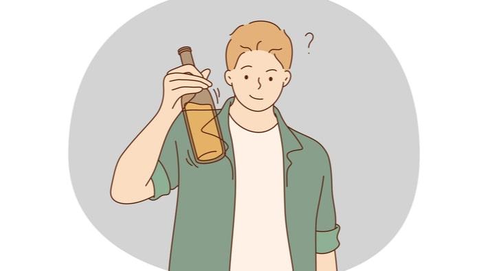 お酒の瓶を持つ男性