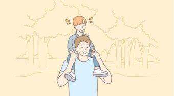 公園で子供と遊ぶ男性