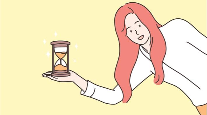 砂時計を持つ女性
