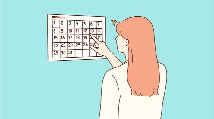 スケジュールをチェックする女性