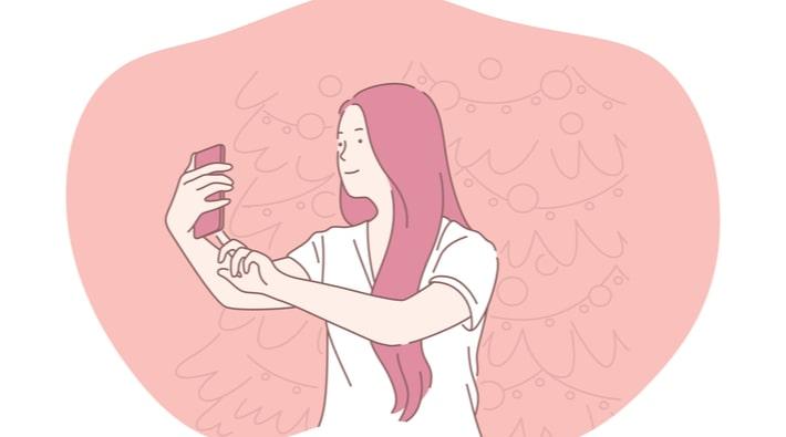 自撮りをする女性