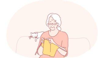 編み物をする高齢女性