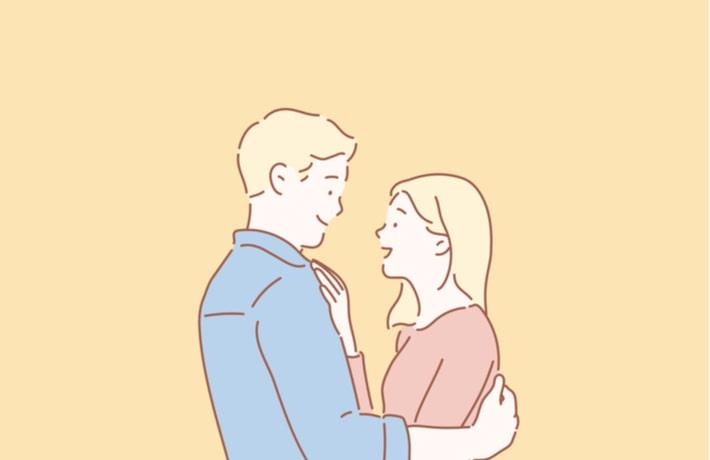 仲良く抱き合う男女