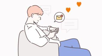 メールを楽しむ男性