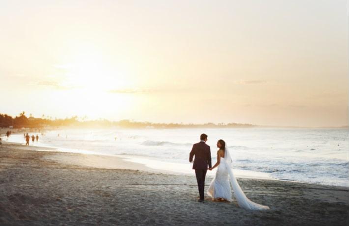 海辺を歩く花婿と花嫁