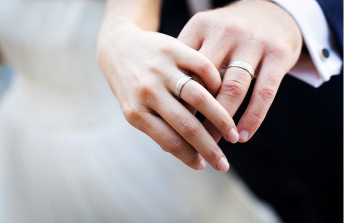 結婚指輪をする男女